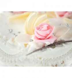 Tort z żywymi kwiatami i owocami